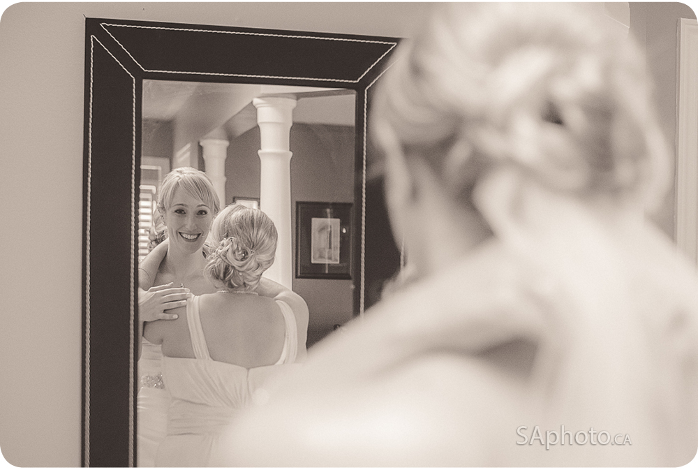 08-bride-in-front-of-mirror