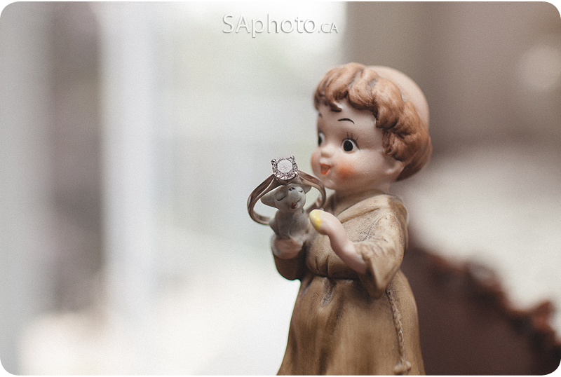 023-wedding-rings-figurine-holding